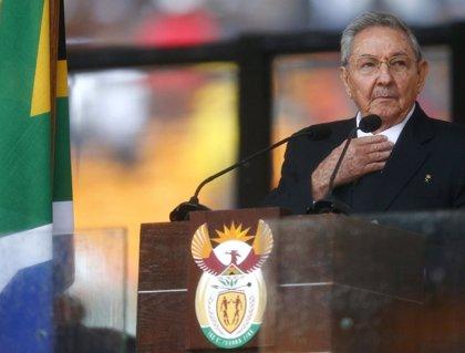Cuba/EEUU.- Raúl Castro resta importancia a su insólito apretón de manos con Barack Obama