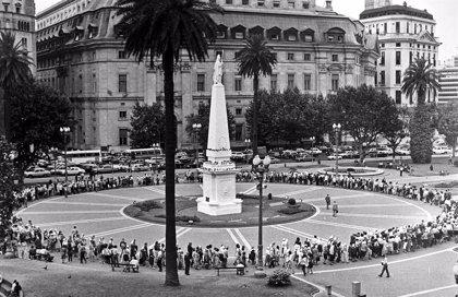 Argentina conmemora 30 años de democracia en medio del conflicto social