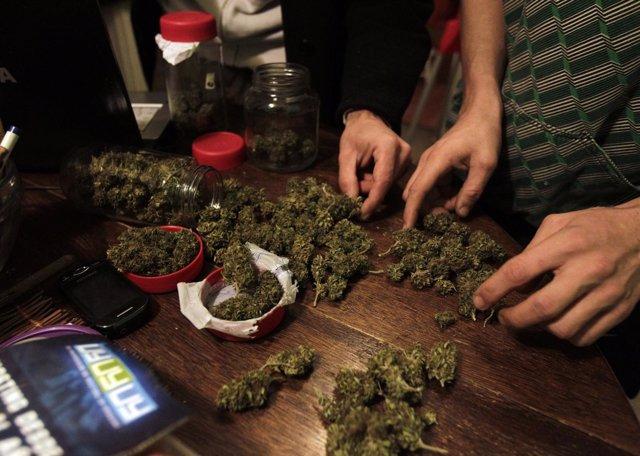Personas secando marihuana