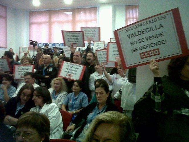 Manifestantes en Valdecilla
