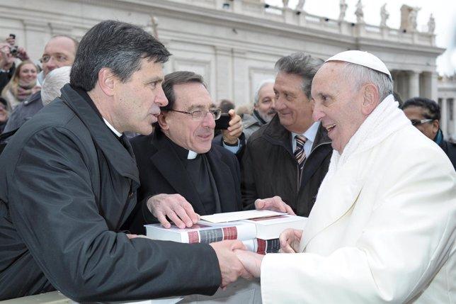 Profesores de la UN entregan el Diccionario de Derecho Canónico al Papa.
