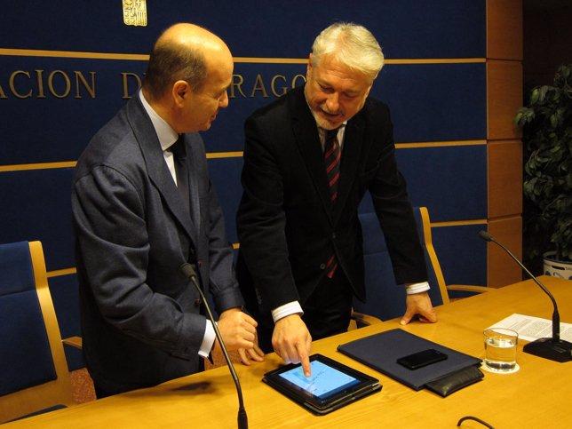 Larqué y Moreno consultando la aplicación en una tablet