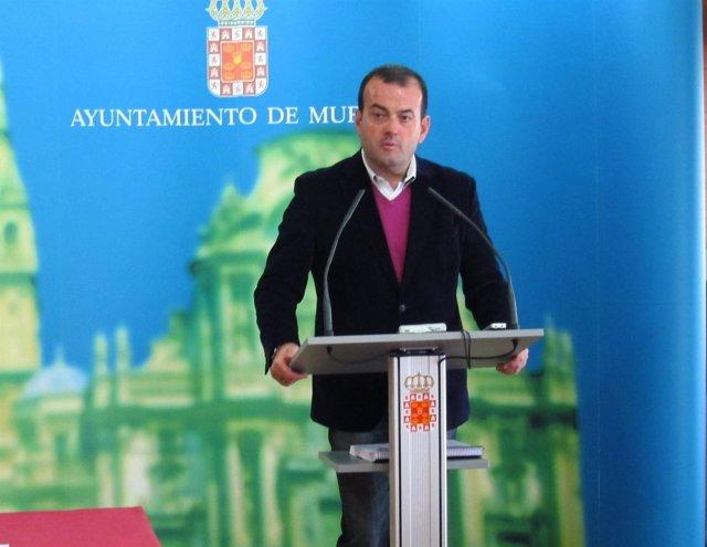 El concejal Javier Iniesta en rueda de prensa