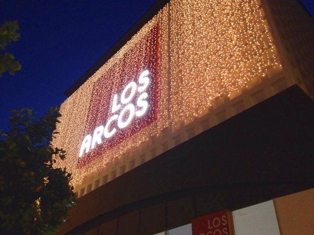 Decoración navideña de la fachada del Centro Comercial Los Arcos
