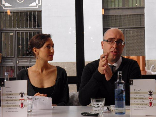 Melanie Joy y el cofundador de Igualdad Animal, Javier Moreno