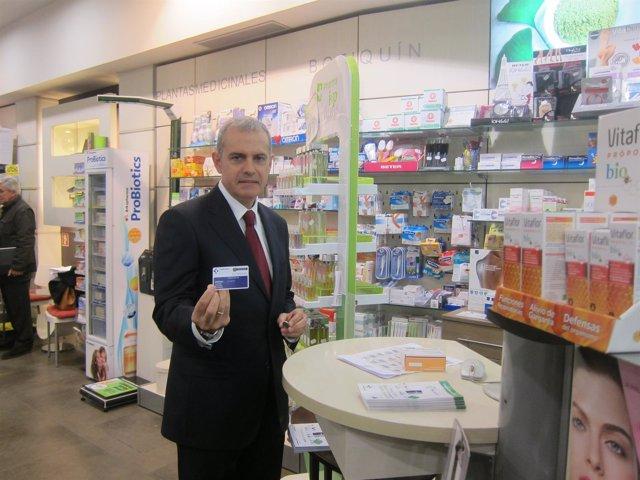 Iñaki Betolaza, directos de Farmacia de Gobierno vasco, con su tarjeta sanitaria