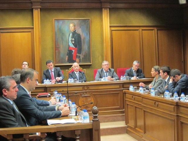 El vicepresidente Javier García se dispone a intervenir en el pleno
