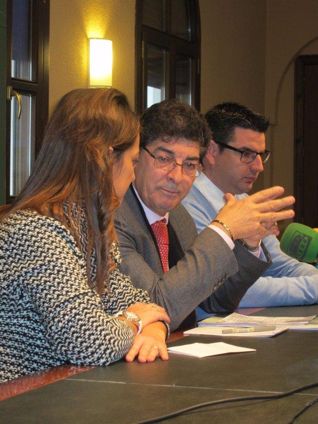 Valderas (centro), durante la rueda de prensa