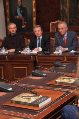Gutiérrez (centro), entre Dobado y Cas, durante la presentación de las actas