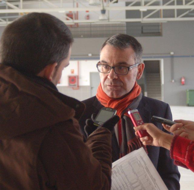El alcalde de Parla, José María Fraile, en el nuevo parque de bomberos