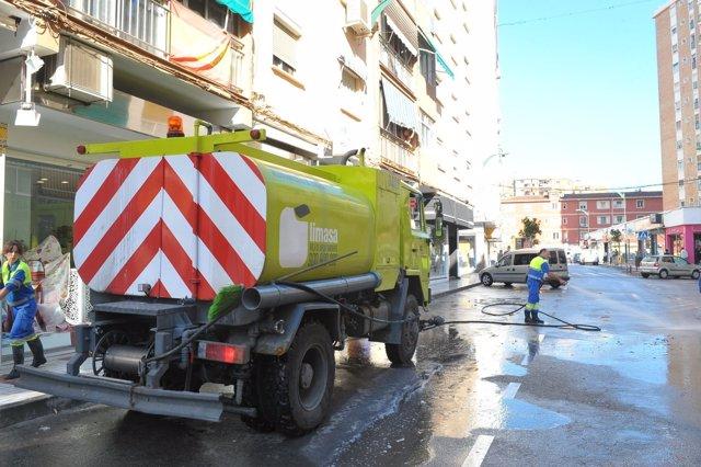 Camión de Limasa y trabajadores