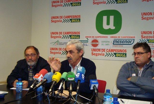 Miembros de UCCL durante la rueda de prensa