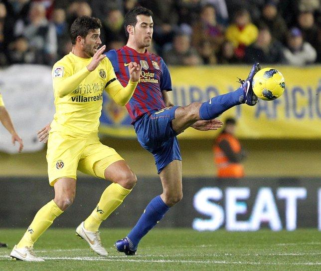 Busquets pelea un balón con Musacchio en el Villarreal-Barcelona