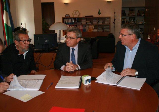 El alcalde de Cartaya, JUuan Polo, firma acuerdo Aqualia para gestión del agua.