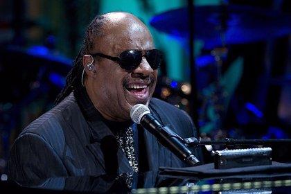 Stevie Wonder rinde homenaje a Nelson Mandela en uno de sus conciertos