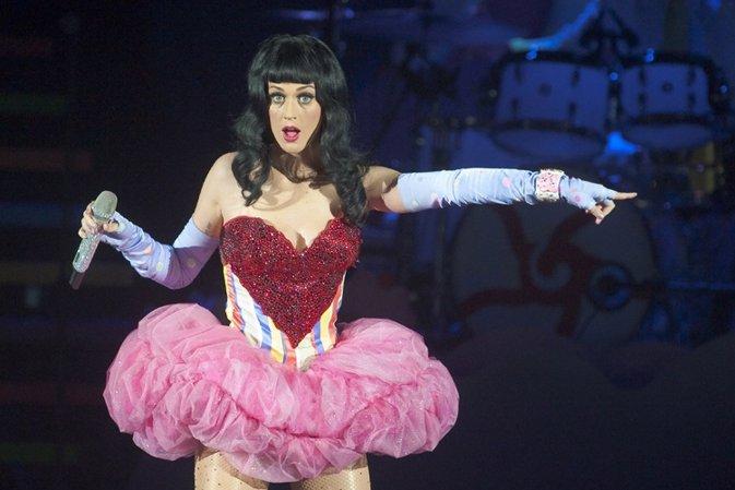 Katy Perry recibe abucheos ¡al perderse haciendo playback!
