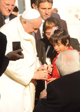 El Papa Francisco bendice el bastón de Lucía