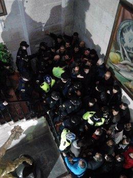 Trabajadores de La Alcoyana y Masatusa intentan acceder al salón de plenos