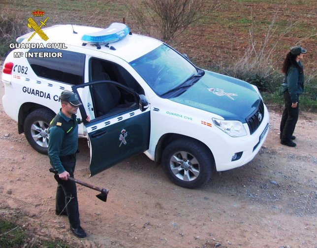 Un guardia civil, con el hacha intervenida