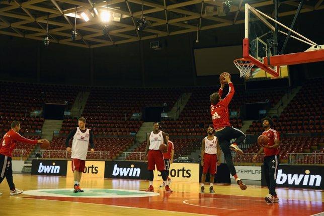 Javi Martínez muestra sus habilidades al baloncesto