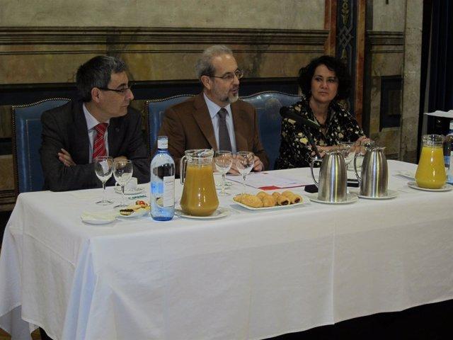 Hernández (c), junto a Domínguez y Serrano en el desayuno navideño con medios