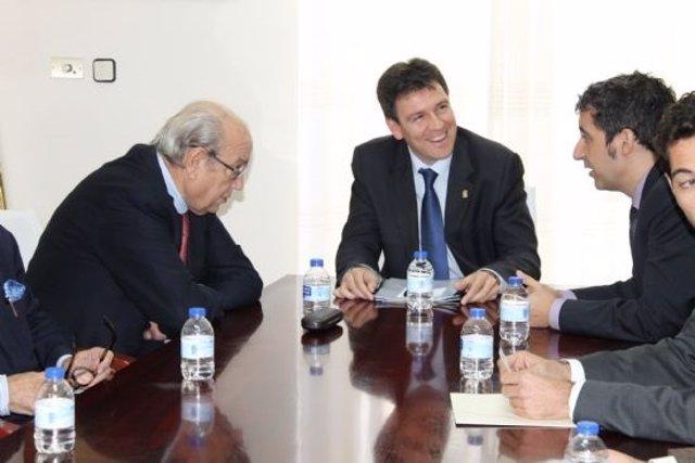 Reunión del alcalde de Alhama con Samper y Cruz, entre otros