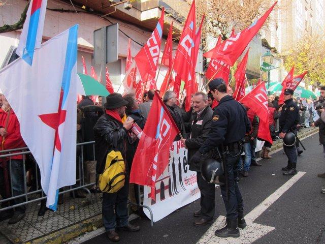 Protesta de sindicatos frente al Parlamento de Galicia