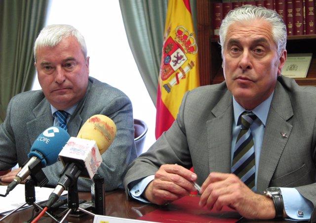 Gustavo Alcalde y Antonio Suárez tras la Junta de Seguridad en la Delegación
