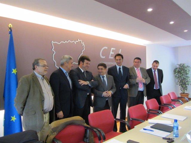 Torres y Reyes,  en el centro, tras la junta directiva de la CEJ.