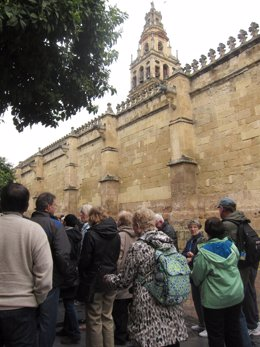 Turistas junto a la Mezquita de Córdoba