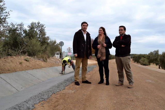 Lorite (izda.) visita las obras en la carretera CO-4301
