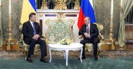 Rusia rebaja el precio del gas a Ucrania y promete comprarle 15.000 millones de dólares en deuda