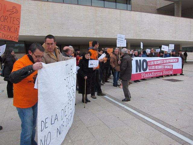 Manifestantes reclaman ante las Cortes las partidas para Dependencia