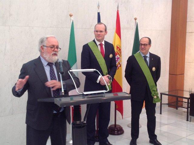 Arias Cañete entrega condecoraciones