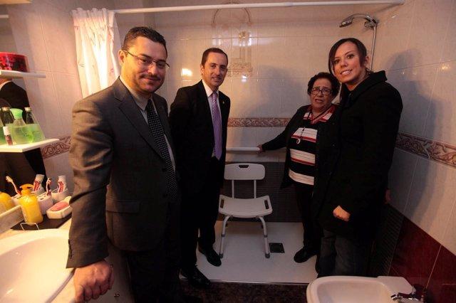 El alcalde de Sabadell visita un piso reformado con ayudas públicas