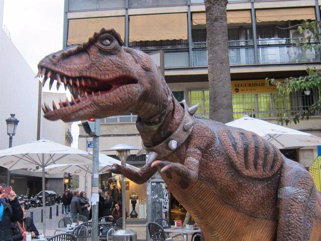 Dinosaurio del espectáculo 'Aventuras en el Jurásico' por las calles de Valencia