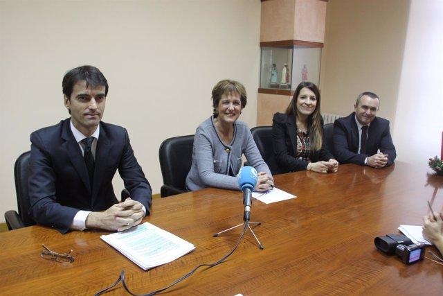 Representantes de La Caixa y el Ayuntamiento de Estella en la rueda de prensa