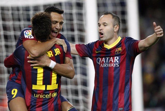 Alexis Sánchez, Iniesta y Neymar celebran un gol