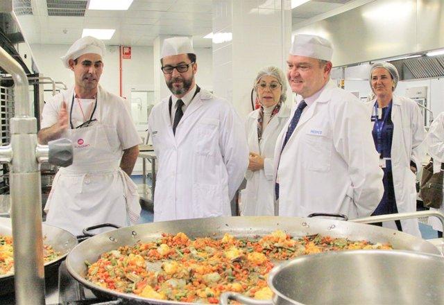 El chef Quique Dacosta visita la cocina del hospital La Fe de Valencia
