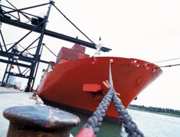 Barco atracado en un puerto