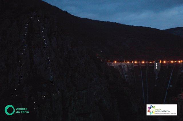 Árbol de Navidad iluminado en la central Eléctrica de San Esteban (Orense)