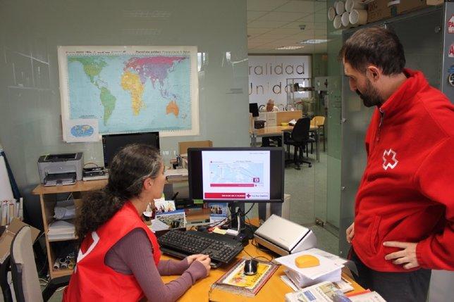 Esperanza Ursúa y Rafael Huarte, delegados de Cruz Roja.