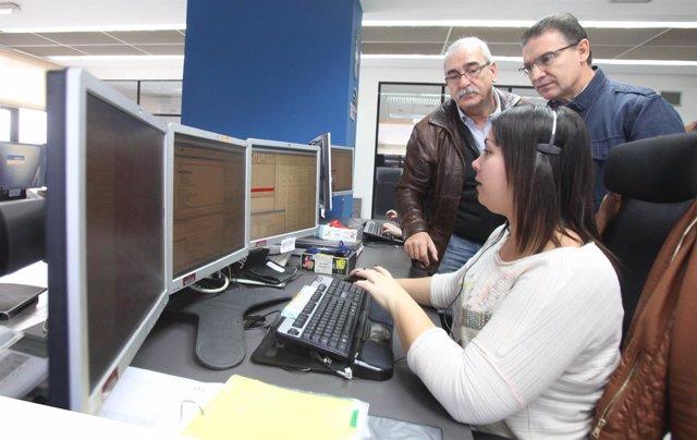 Castellano comprobando el funcionamiento del teléfono de emergencias 112