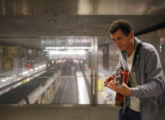 Actuación musical en una estación de Metrovalencia