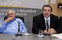 El presidente uruguayo, José Mujica, y su ministro de Economía, Mario Bergara