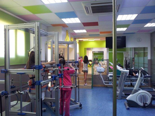 Tres niñas realizan ejercicio de rehabilitación