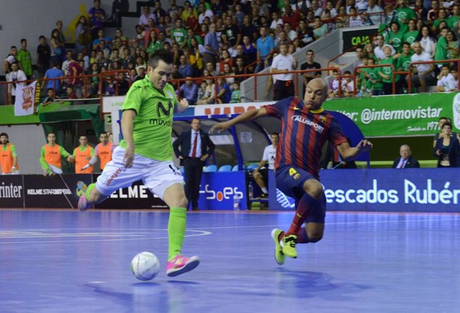 Rafael lanza a portería ante la oposición de Ari en el Inter-Barcelona