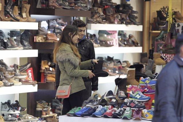 Gente de compras en Madrid -bolsas - zapatería - ropa - complementos