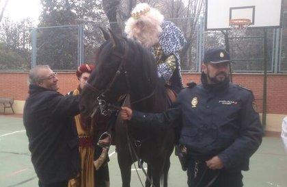 La Policía entrega regalos de Reyes a niños tutelados de la región