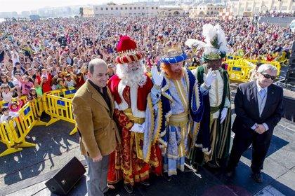 Más de 25.000 personas asisten a la llegada de los Reyes Magos a la capital grancanaria